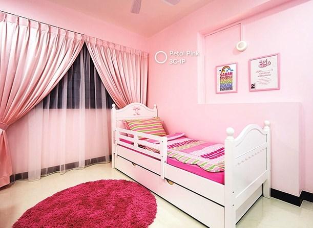 tường màu hồng chọn rèm màu nào?