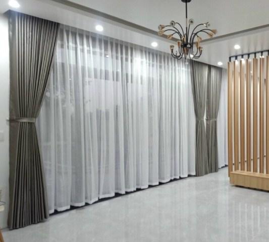 tường màu trắng chọn rèm màu nào?
